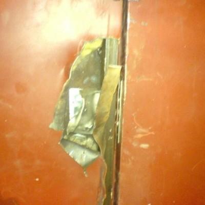 Добавил(а). 29.06.2014. Взлом двери способом разрушения полотна и замков.